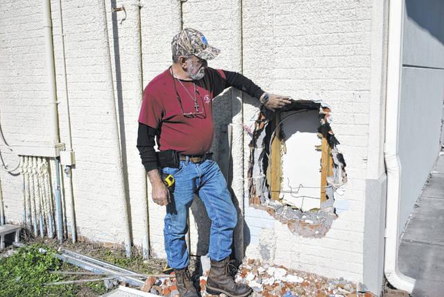Burglars rob store, then torch it